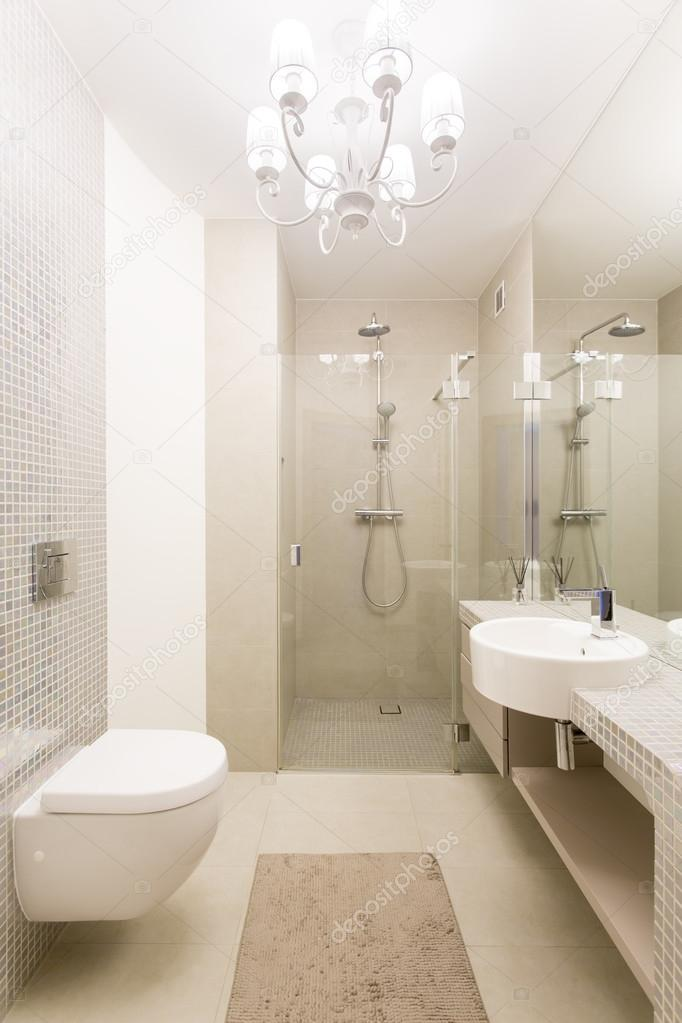 Schickes Badezimmer in Beige und weiß — Stockfoto ...