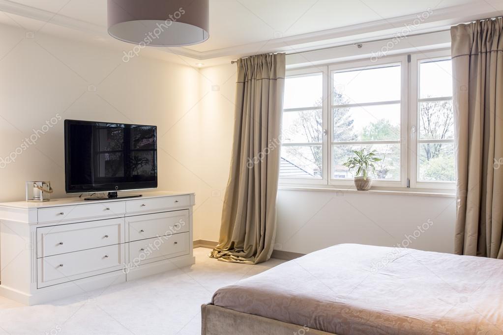 Witte Commode Slaapkamer : Ontspan in mooie slaapkamer met tv u2014 stockfoto © photographee.eu
