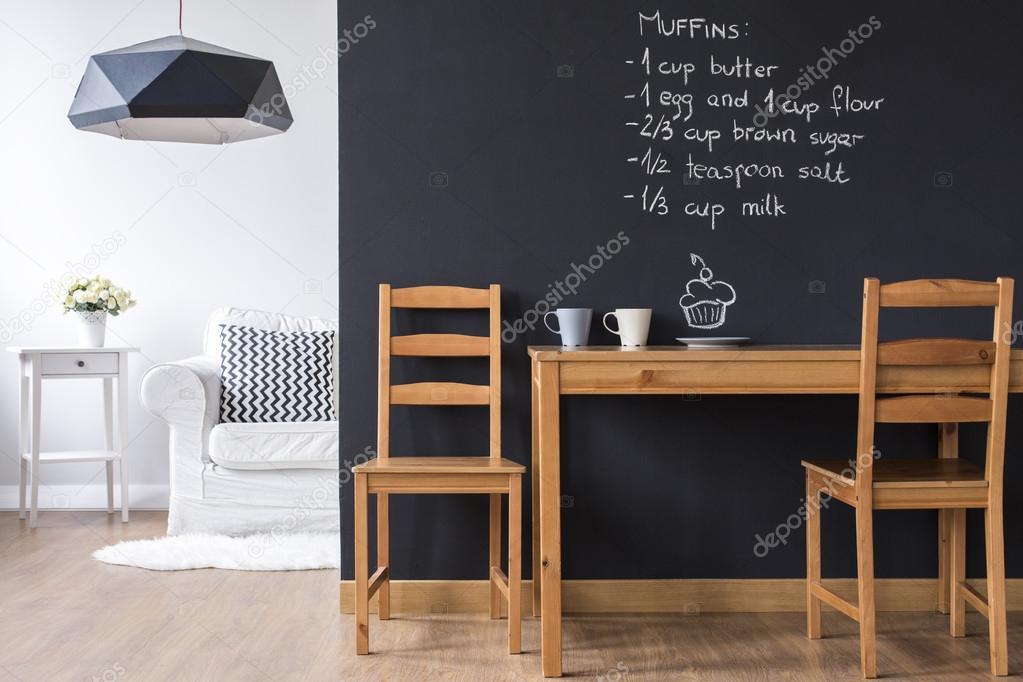 Parete Di Lavagna Prezzo : Piccola sala da pranzo con parete di lavagna u foto stock