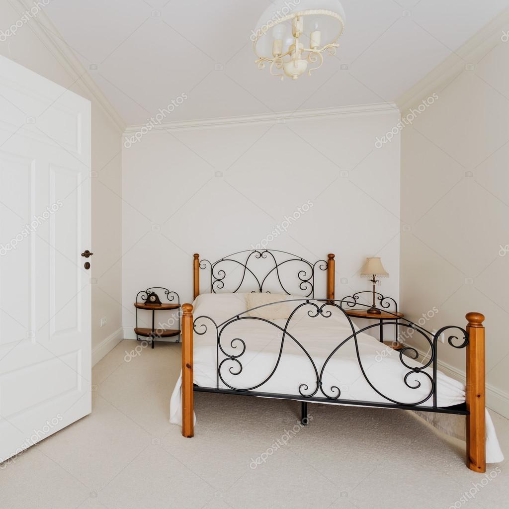 Camera da letto semplice e scale in legno — Foto Stock ...