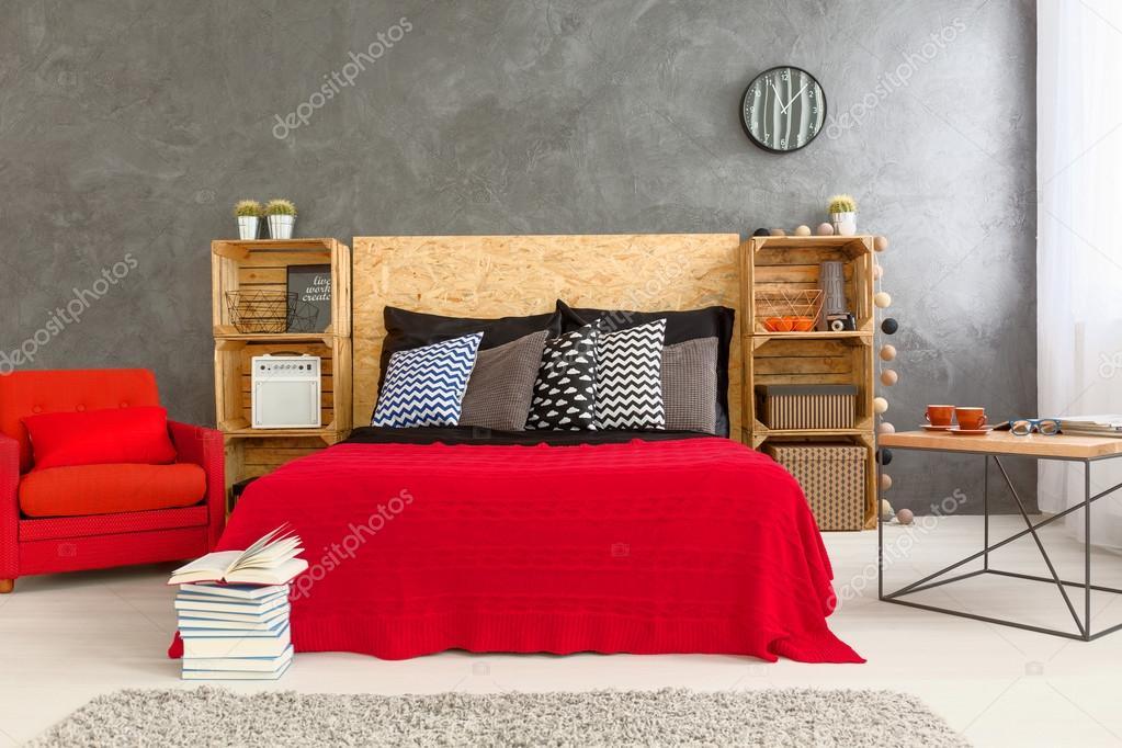 Camera da letto rosso e grigio — Foto Stock © photographee.eu #114419968