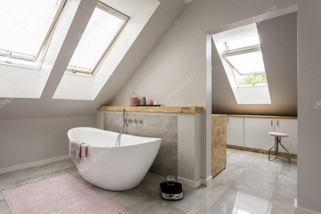 Ontspannen wellness badkamer in nieuwe villa — Stockfoto ...