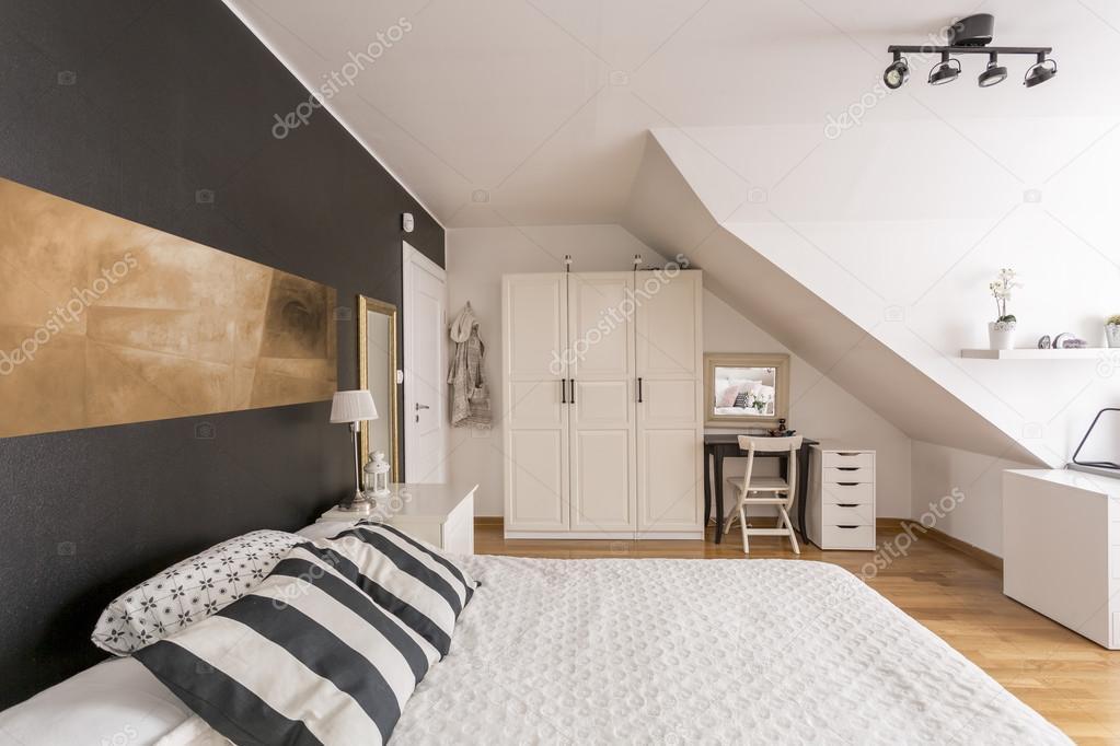 Mansarda camera da letto in bianco e nero — Foto Stock ...