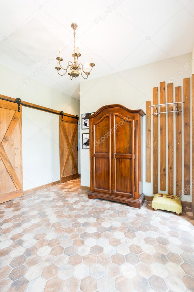 rustiek interieur van een ruime hal stockfoto