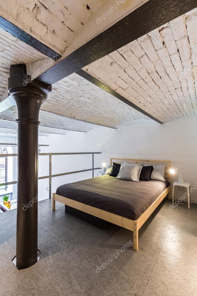Camera da letto soppalco nell\'idea di stile industriale — Foto Stock ...