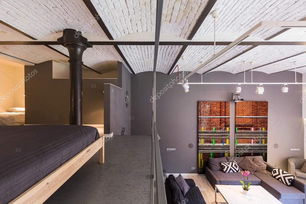 Mezzanine appartement in industriële stijl u stockfoto