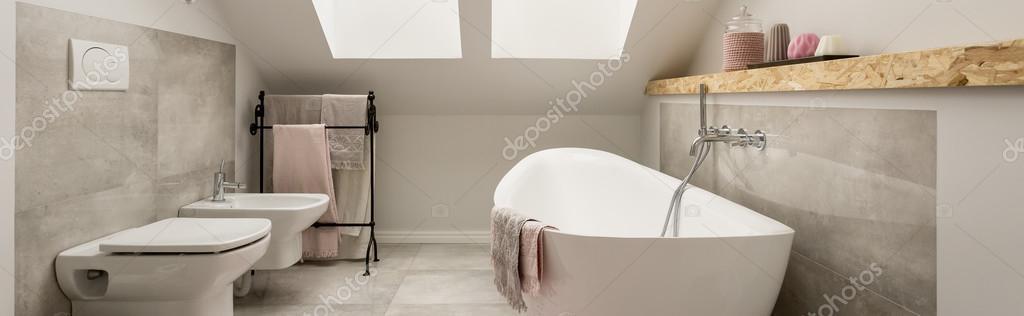 Bagno romantico in un accogliente attico foto stock - Bagno romantico ...