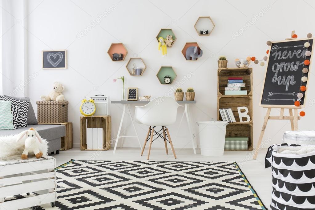 Weiße Wände Und Schwarzen Na Weiße Ccarspacious Stilvolle Zimmer Für Kinder  Entwickelt. Weiße Wände Und Schwarzen Und Weißen Teppich Mit Muster Auf Dem  ...