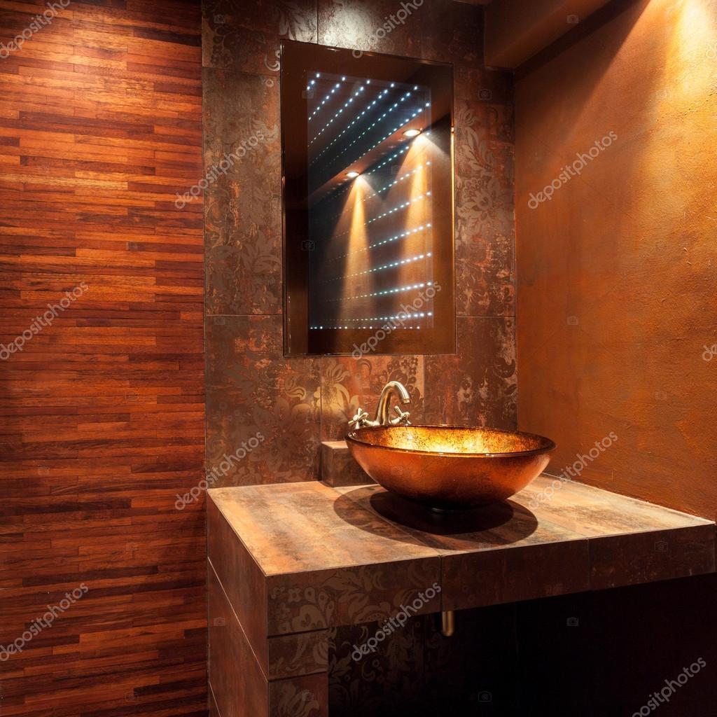 Costoso bagno con lavandino d\'oro — Foto Stock © photographee.eu ...
