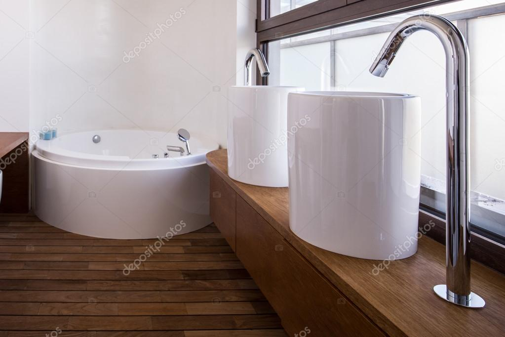 Moderne wastafels in luxe badkamer — Stockfoto © photographee.eu ...
