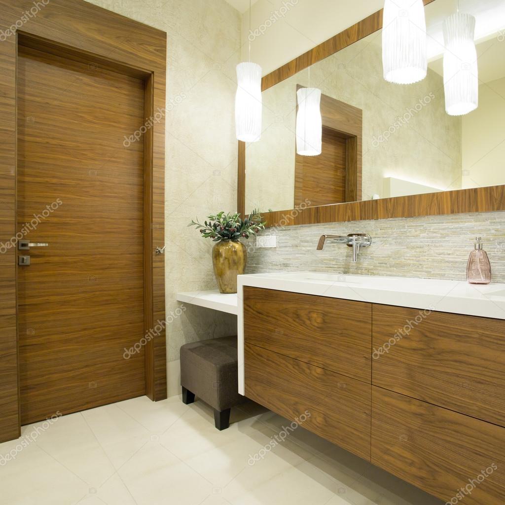 Moderne WC-Innenraum mit Holztür — Stockfoto © photographee ...