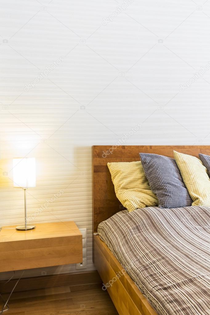 https://st2.depositphotos.com/2249091/11853/i/950/depositphotos_118530570-stockafbeelding-eenvoudige-slaapkamer-in-witte-en.jpg