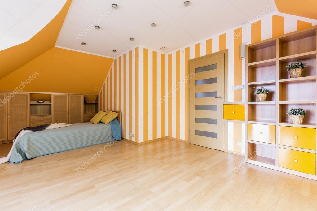 Camera da letto energico in arancione e bianco — Foto Stock ...