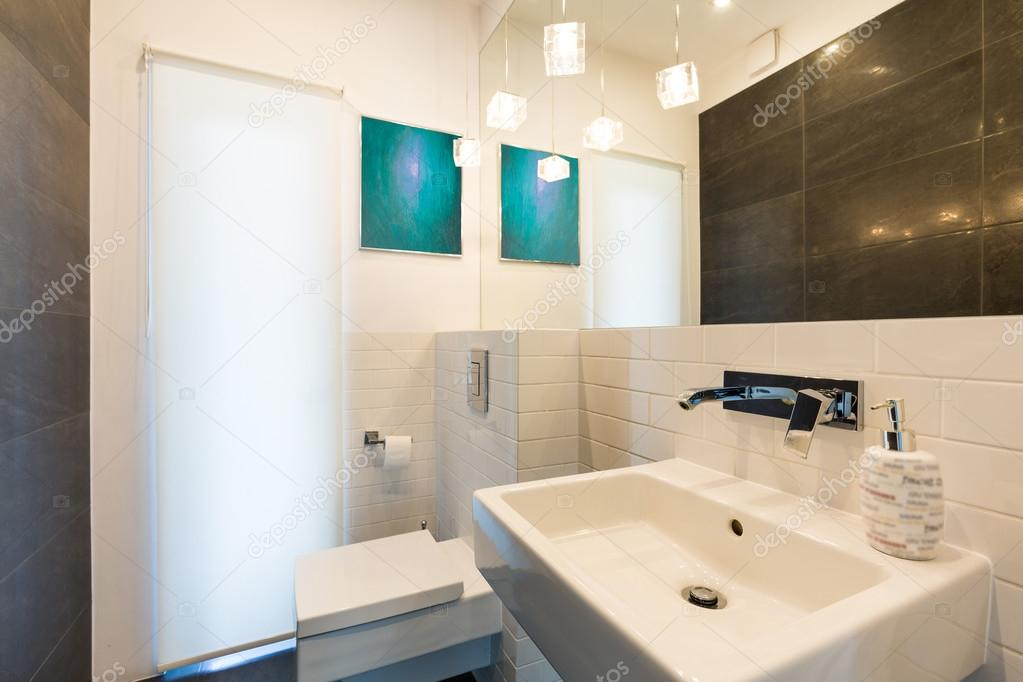 Idée de salle de bain fonctionnelle blanc — Photographie ...