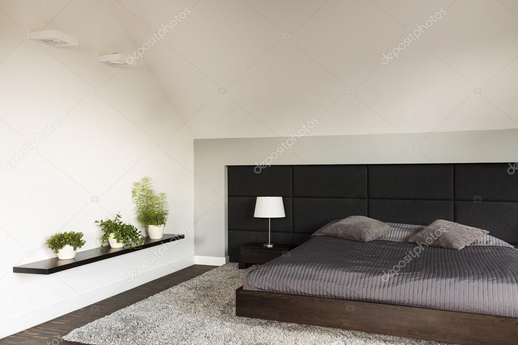 Einfache Leichte Schlafzimmer Im Japanischen Stil Mit Großem Bett,  Gepolsterte Wand, Teppich, Drei Bonsaisbäume Stehen Auf Einem Wandregal U2014  Foto Von ...