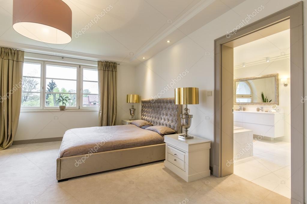 Arredamento elegante di una lussuosa camera da letto contemporanea ...