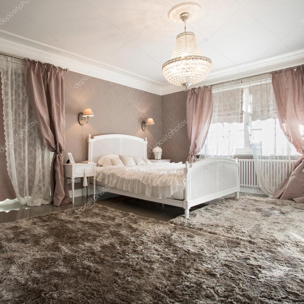 Schoonheid slaapkamer interieur met zachte tapijt — Stockfoto ...