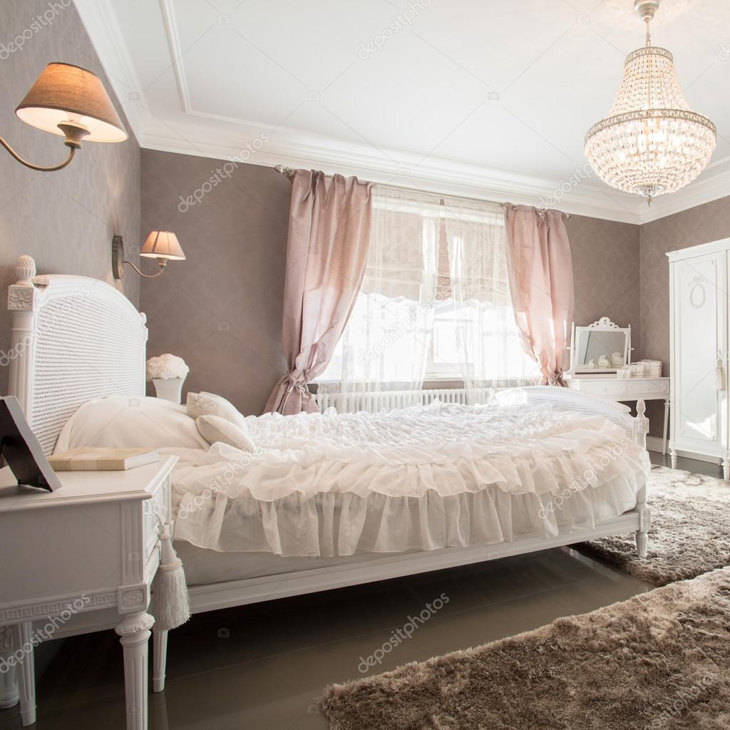 Ouderwetse slaapkamer met kristallen kroonluchter — Stockfoto ...