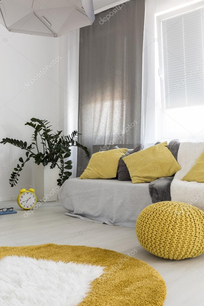 Geel en grijs woonkamer — Stockfoto © photographee.eu #119718684