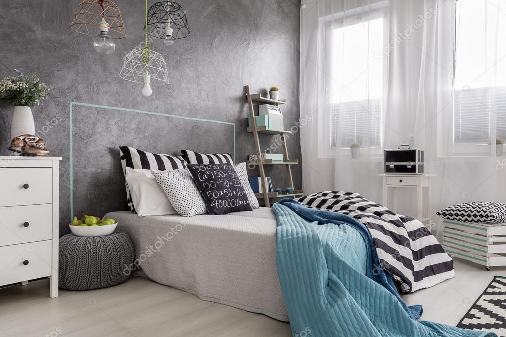 Slaapkamer met creatieve Decoratie idee — Stockfoto © photographee ...