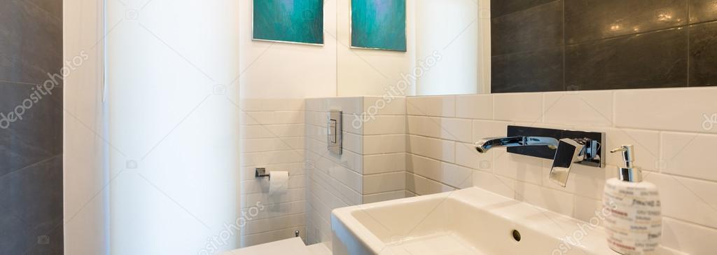 Intérieur De La Salle De Bain Avec Toilette, Lavabo Et Rétro éclairage  Lumineux U2014 Image De ...