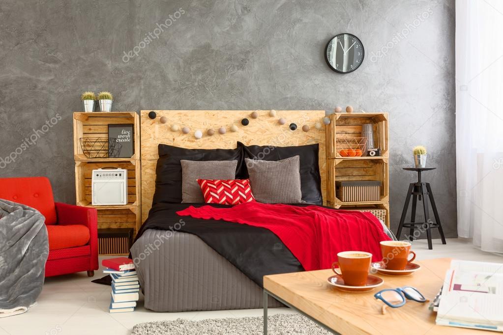 gezellige slaapkamer met koffietafel stockfoto