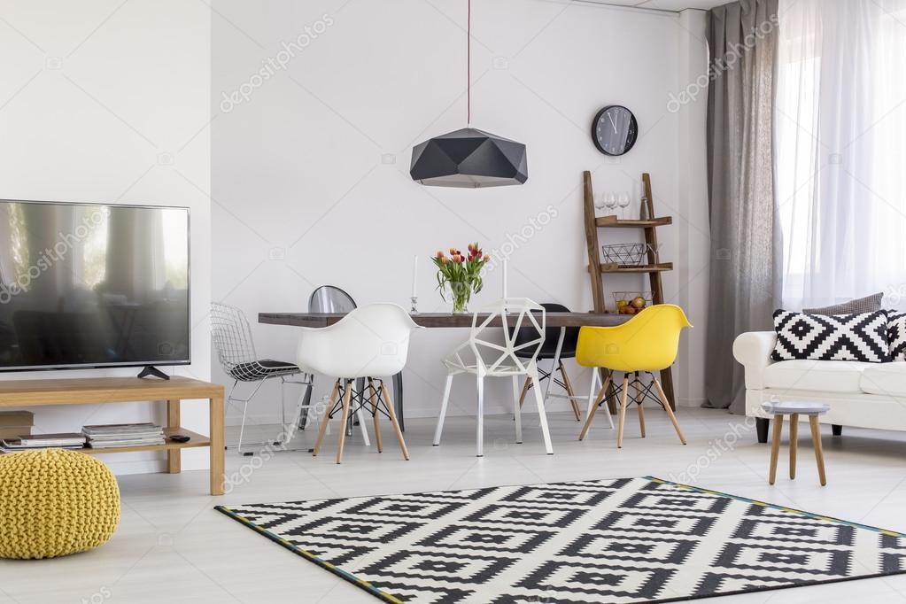 Ruime en trendy appartement voor comfortabel wonen u stockfoto