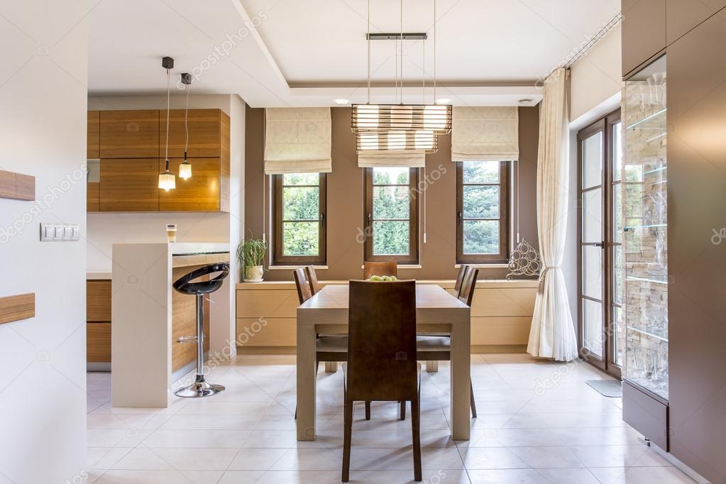 Moderne Warme Keuken : Holle en warme keuken in een moderne villa u stockfoto