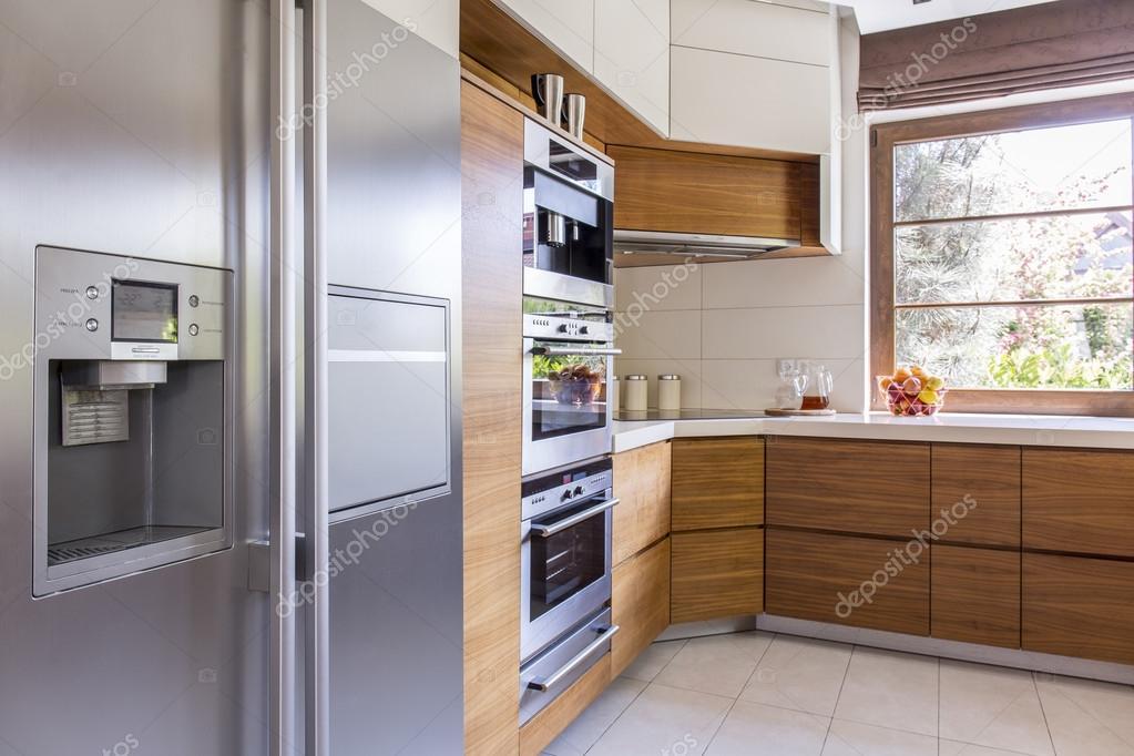 Küchenzeile Mit Side By Side Kühlschrank : Sonnige küche mit allen nötigen geräten u stockfoto
