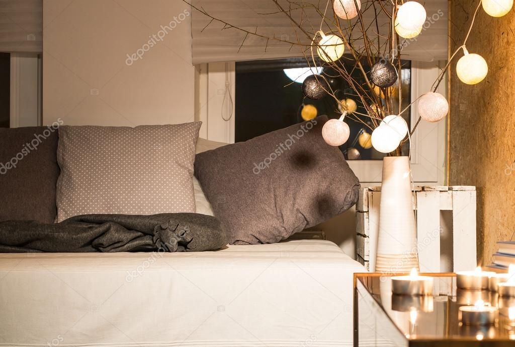 Slaapkamer Bank Maken : Romantische sfeer maken met kaarsen u2014 stockfoto © photographee.eu