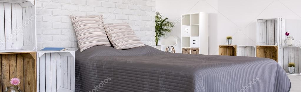 romantische slaapkamer voor natuurliefhebbers stockfoto