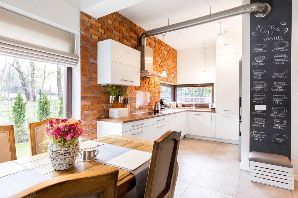 Tágas konyha, fehér bútorokkal és tégla fal — Stock Fotó ...