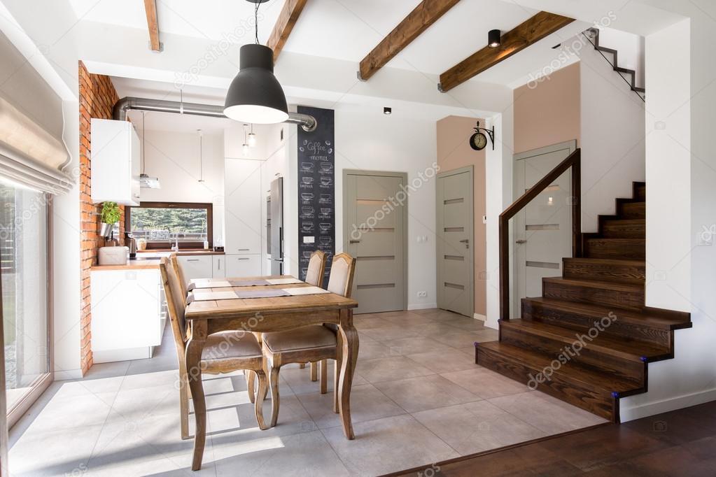 Keuken Met Trap : Moderne interieur woonkamer met keuken en trappen u stockfoto