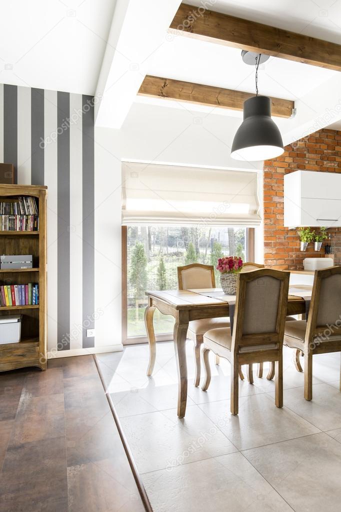 Elegant woonkamer met bakstenen muur en uitzicht op de tuin ...