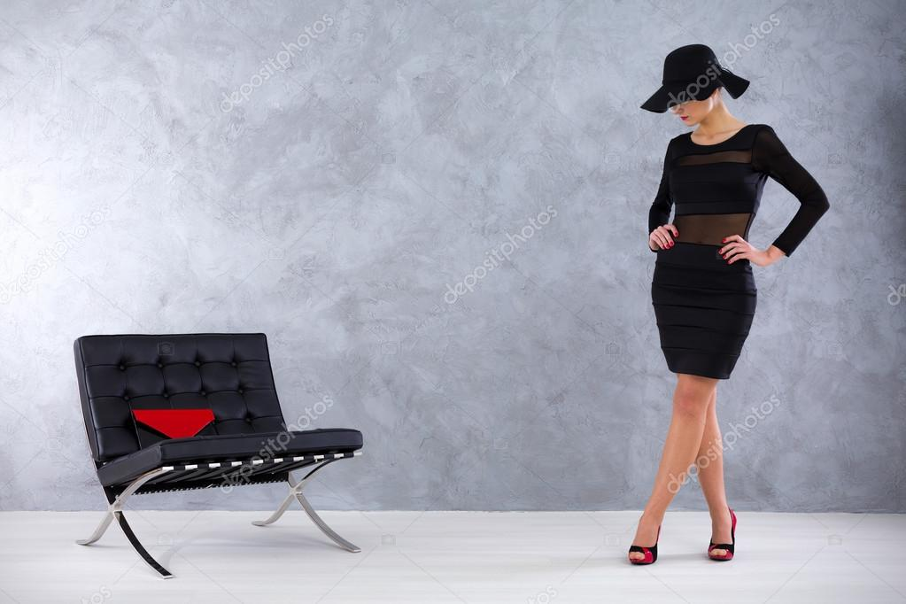 Magnetische vamp vrouw in een stijlvolle surround u stockfoto