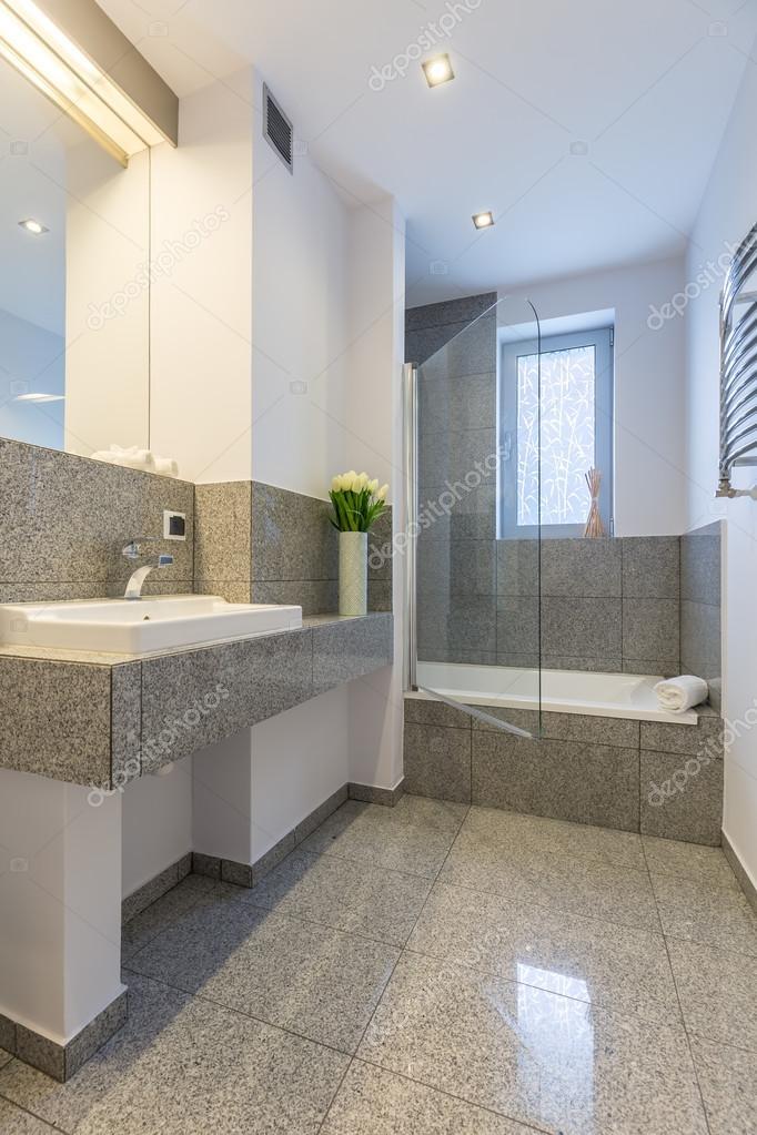 Luxe badkamer in wit en grijs idee — Stockfoto © photographee.eu ...