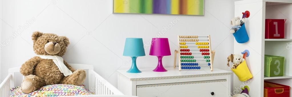 ideen voor kleurrijke baby slaapkamer met witte meubels foto van photographeeeu