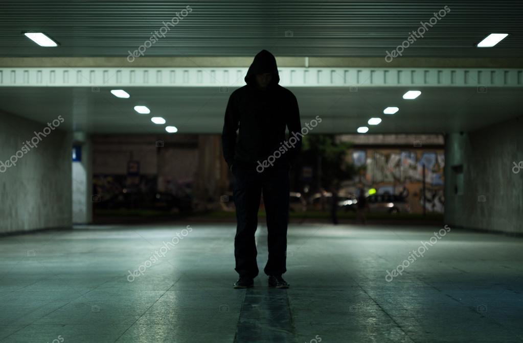 Uomo pericoloso camminare di notte foto stock for Camminare in piani di progettazione dispensa