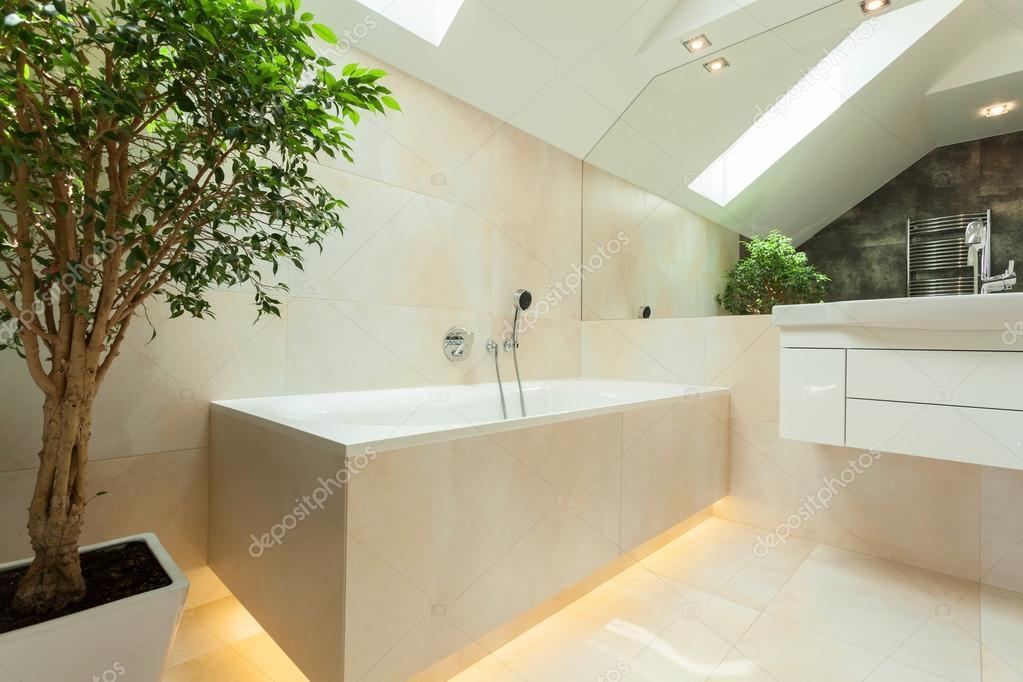 bañera iluminada en cuarto de baño moderno — Foto de stock ...