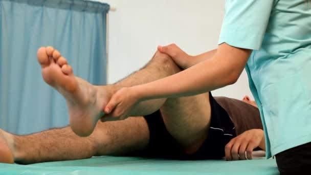 muž ležící a cvičení na kolena rehabilitace video
