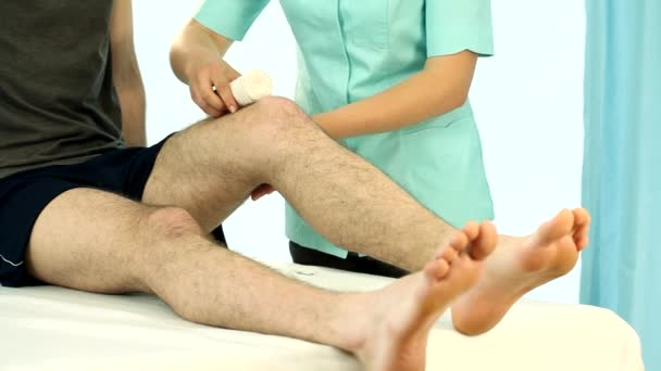 rehabilitační lékař bandážování pacienta nohy film
