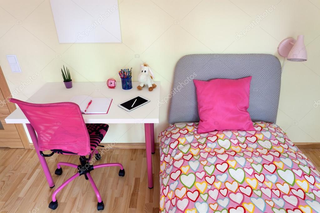 Chambre de la jeune fille avec bureau blanc u2014 photographie