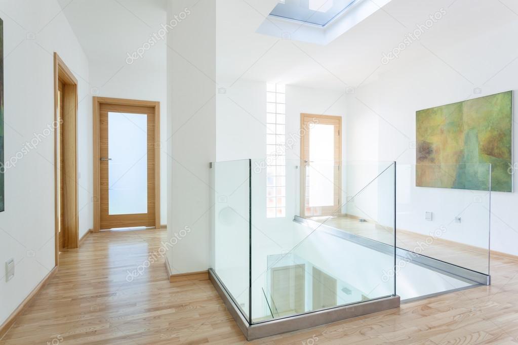 escaleras pasamanos de cristal y puertas en pasillo moderno u foto de stock