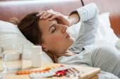 Žena trpící chřipkou