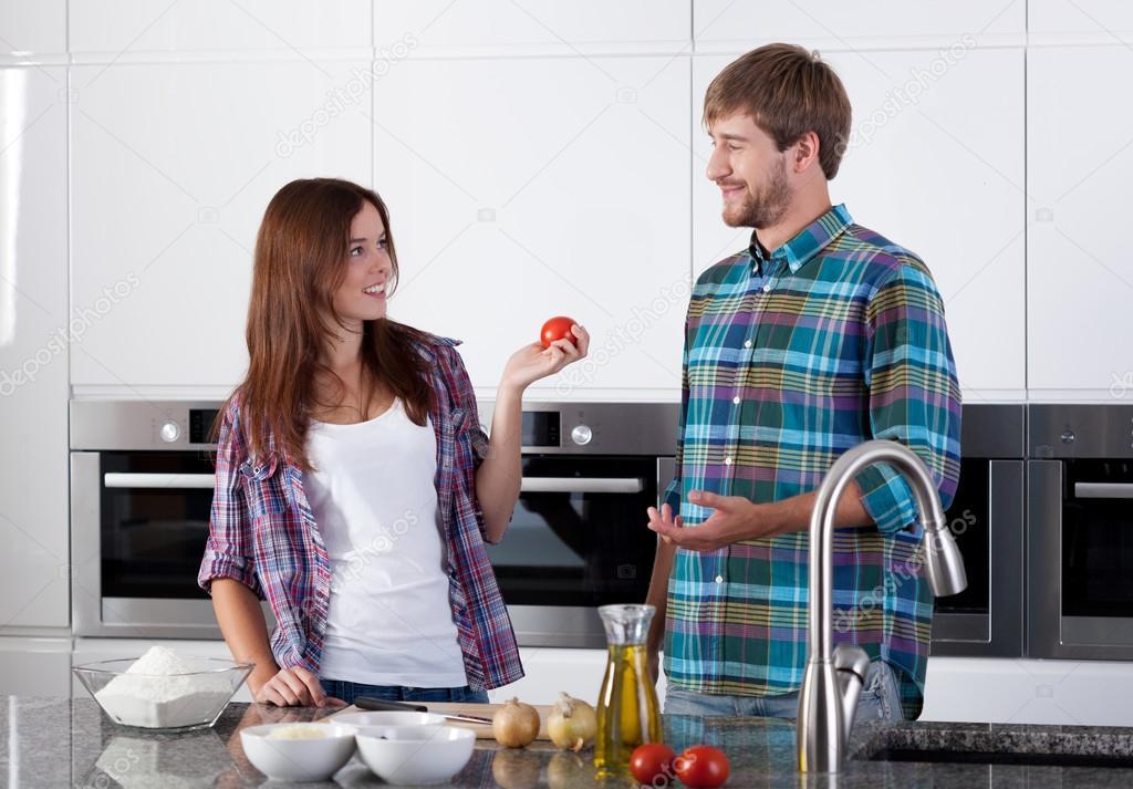 Amigos cocinando juntos foto de stock for Cocinando para los amigos