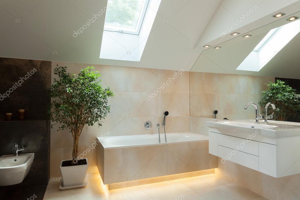 Iluminación cuarto de baño en casa nueva — Fotos de Stock ...