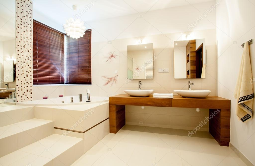 Ruime badkamer in modern huis — Stockfoto © photographee.eu #55279195