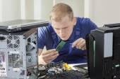 Fotografie IT specialist installing ram memory