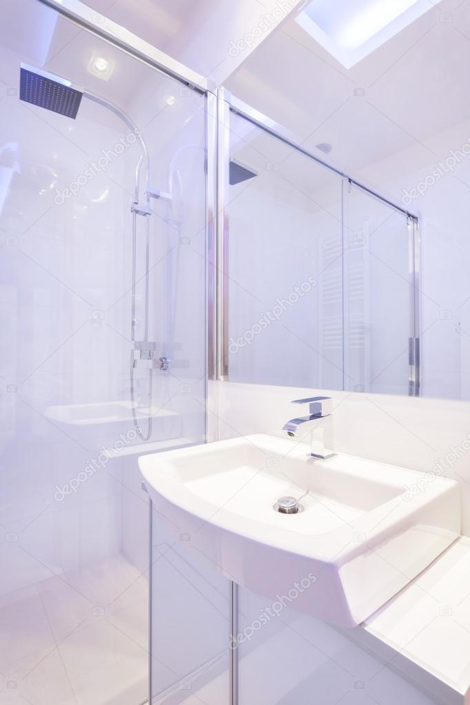 Badkamer met ruime douche — Stockfoto © photographee.eu #56962407