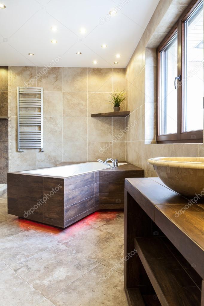Baignoire moderne dans la salle de bain de luxe — Photographie ...